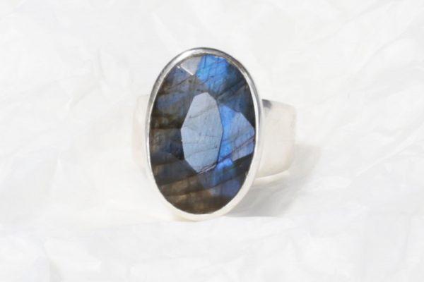 Bague Labradorite bleue de (Madagascar) ovale moyen facetté