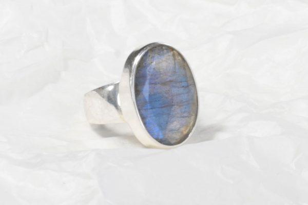 Bague Labradorite bleu clair de (Madagascar) ovale facetté